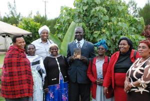 Reverend Evans Misigo, part of the Initiatives of Change team, together with a group of women who have recently participated in IofC's Peace Circles, after the screening in Eldoret. (Photo: Alan Channer)